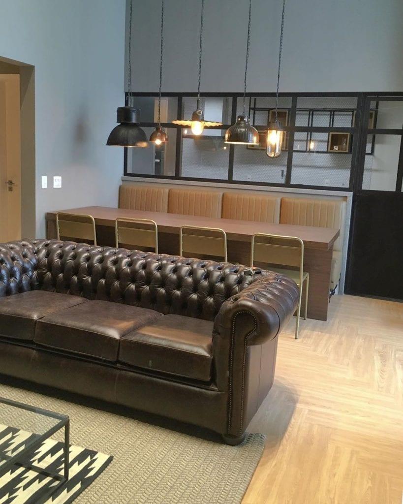 Canapé chesterfield en cuir marron dans un décor moderne