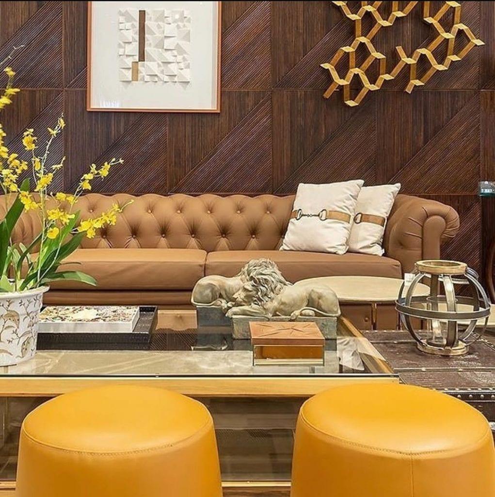 chambre marron et jaune avec canapé chesterfield en cuir