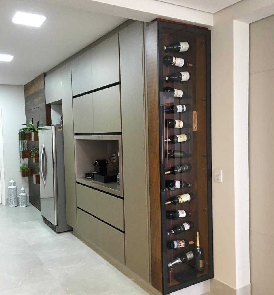 cuisine gastronomique avec cave verticale sur le côté de l'unité