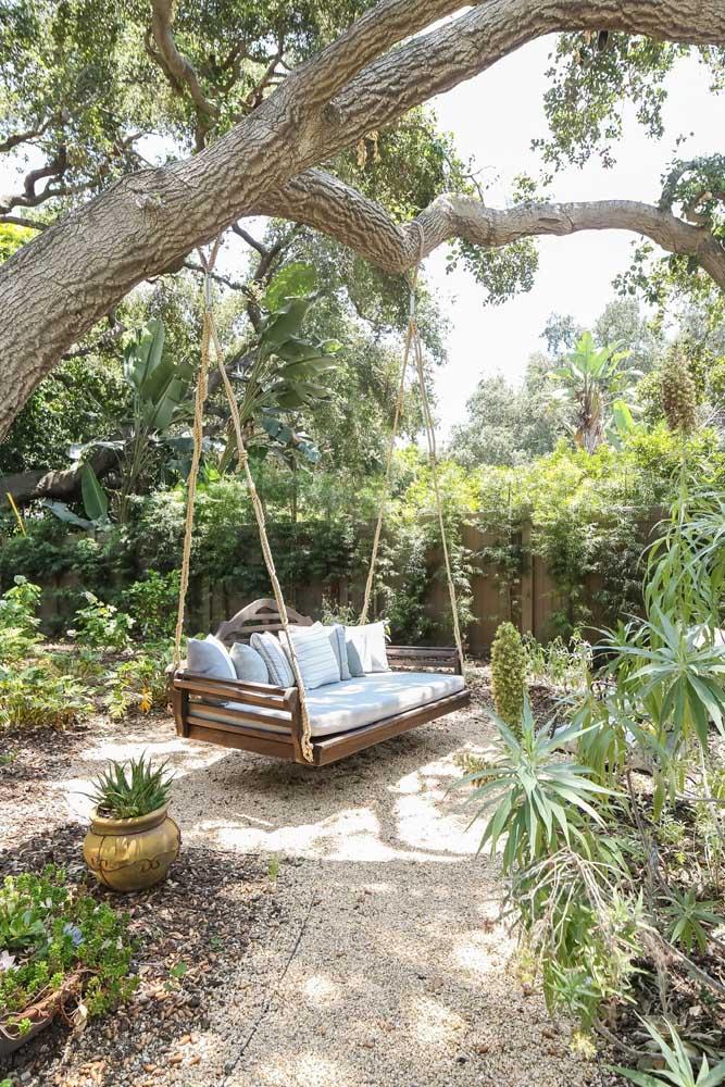 Jardin rustique et confortable avec podocarpos près de la clôture en bois