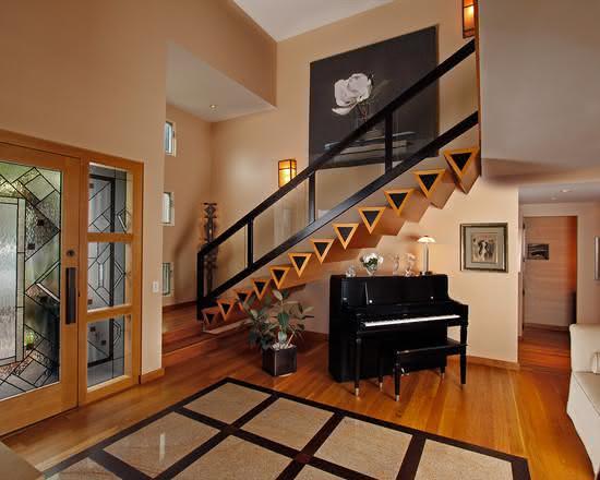 Escalier en bois avec marches de forme triangulaire