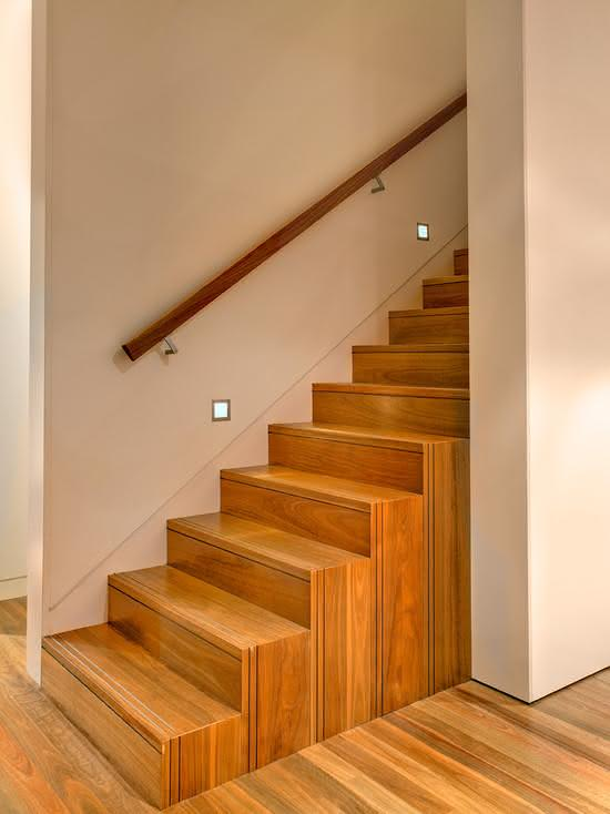 Escalier en bois avec main courante en bois