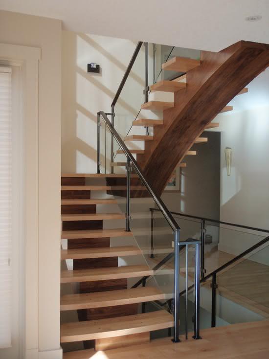 Escalier en bois avec marches sans miroir