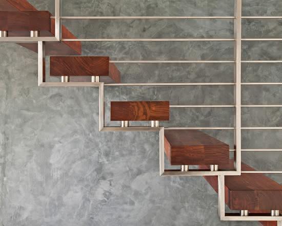 Échelle en bois attachée à la structure métallique