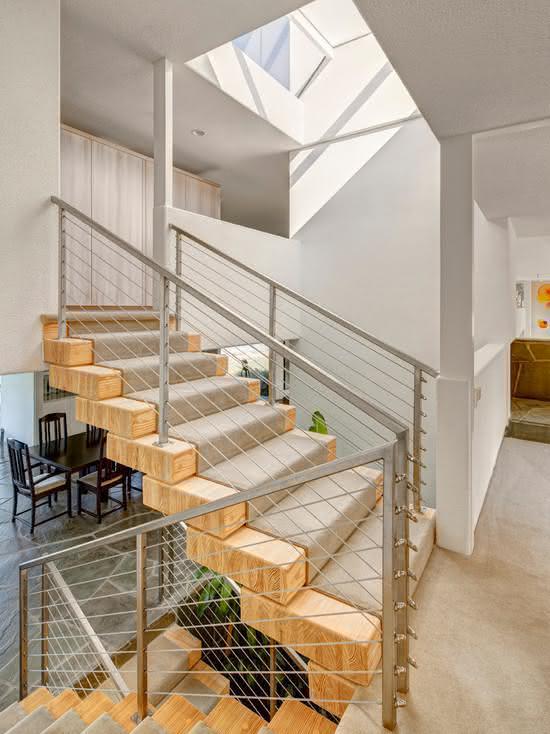 Escalier avec tapis sur les marches