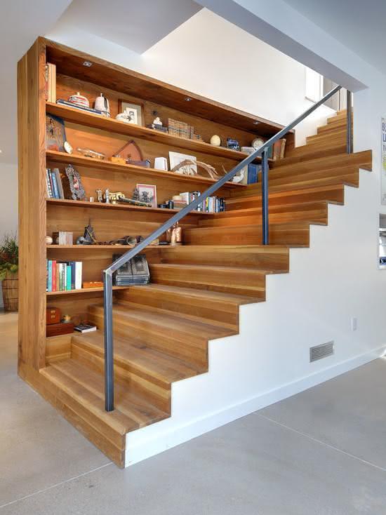 Escalier en bois avec étagères