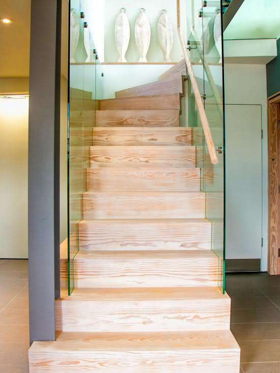 Échelle en bois avec panneau de verre attaché à la marche