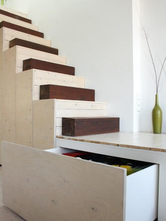 Escalier en bois avec marches entrecoupées de rondins