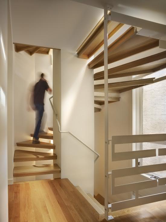 Escalier en bois avec main courante blanche