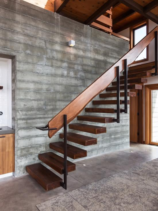 Escalier en bois avec marches fixées au mur