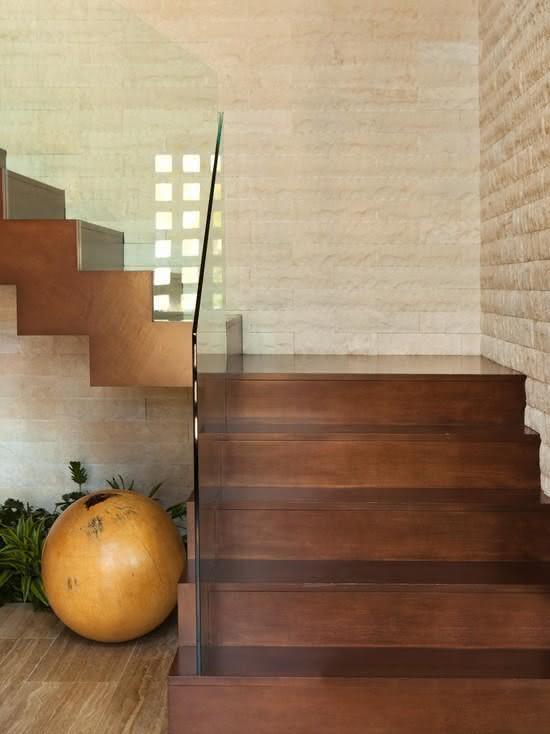 Escalier en bois avec garde-corps en verre