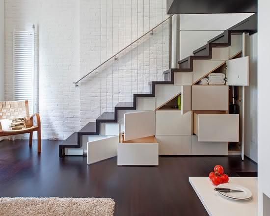 Escalier en bois avec placards en dessous