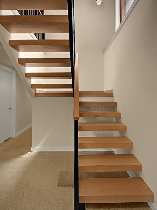 Escalier en bois avec garde-corps noir