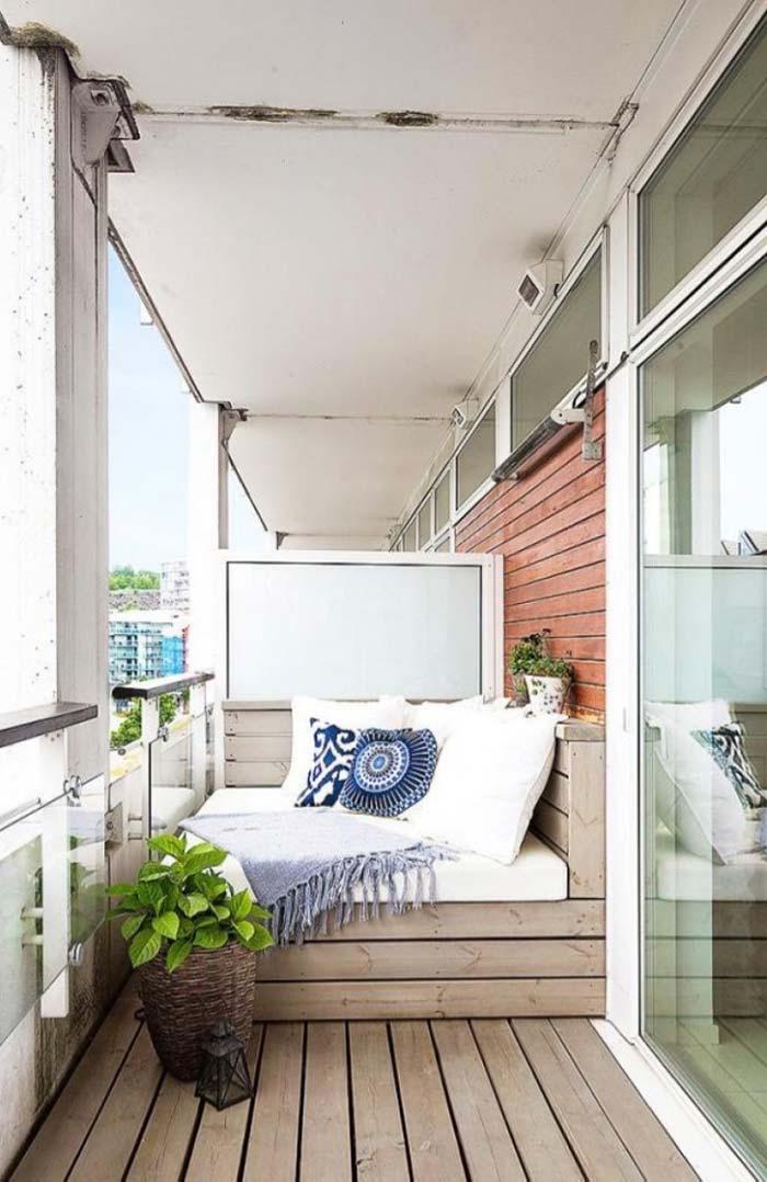 Banc de palette décorant le balcon de l'appartement