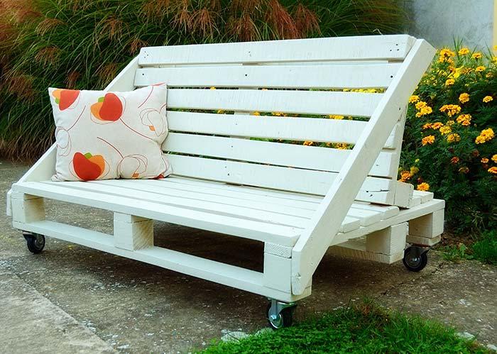 Asseyez-vous des deux côtés sur ce banc de palette
