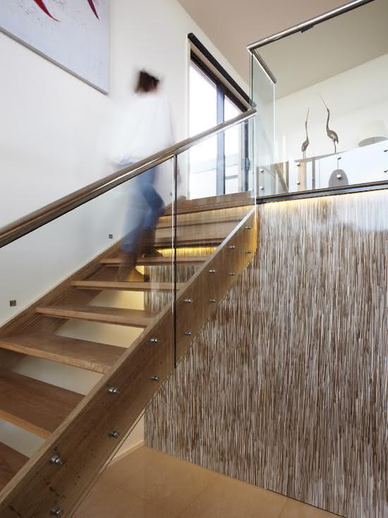 Escalier en bois avec main courante en métal
