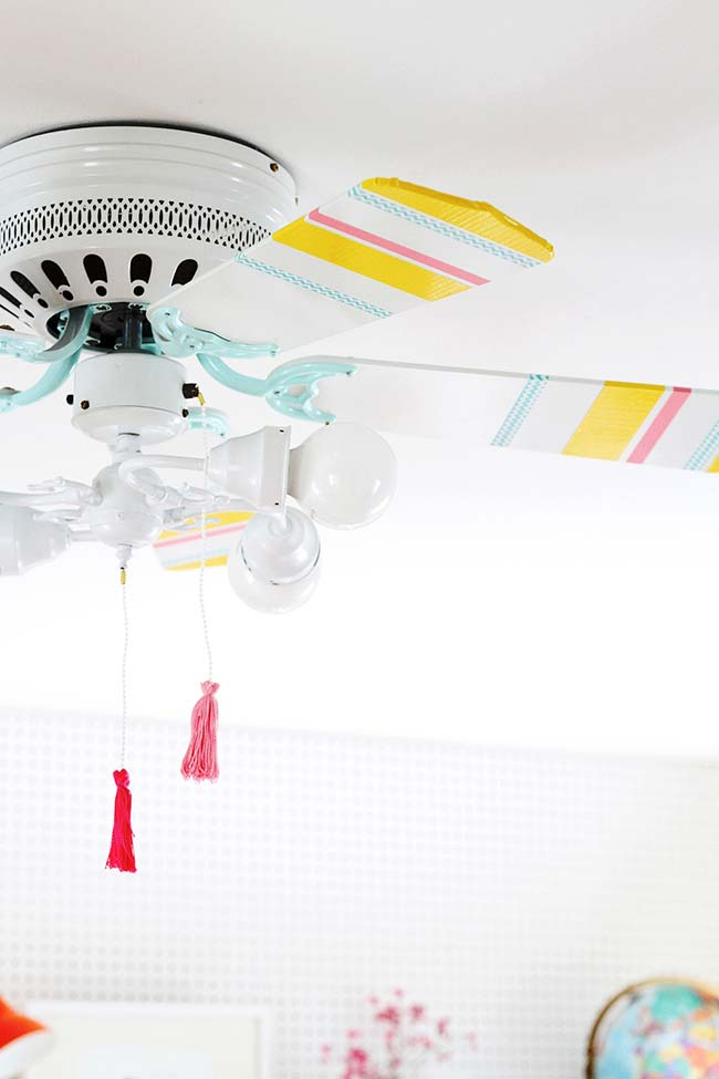 La décoration avec du ruban électrique coloré a changé le visage du simple ventilateur de plafond blanc