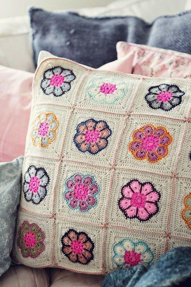 Housse de coussin au crochet faite avec des carrés de fleurs