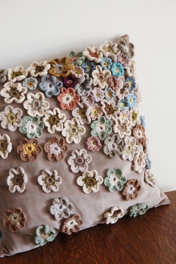 Housse de coussin avec fleurs au crochet appliquées