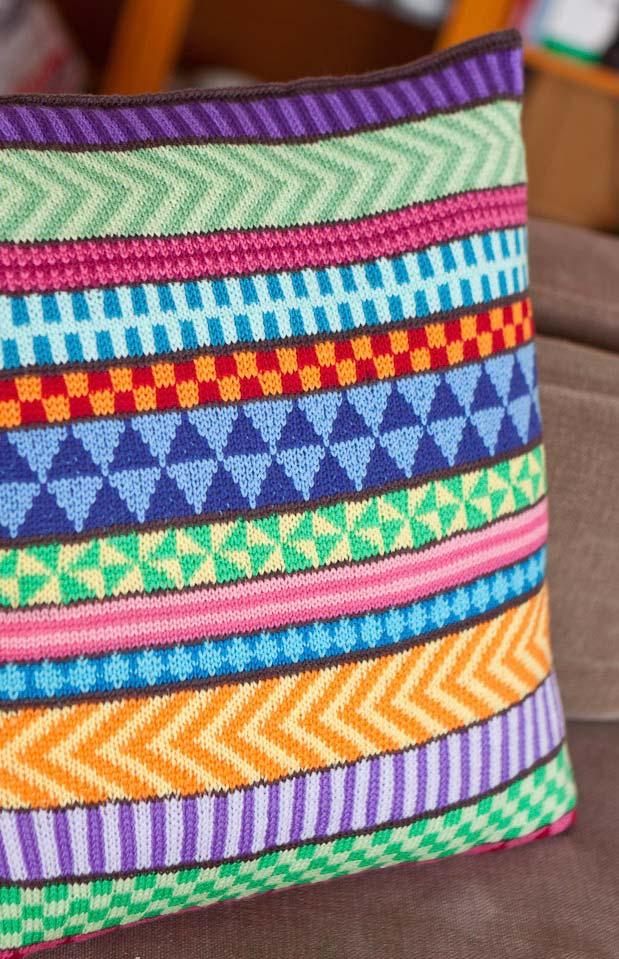 Différentes formes sur la housse de coussin au crochet