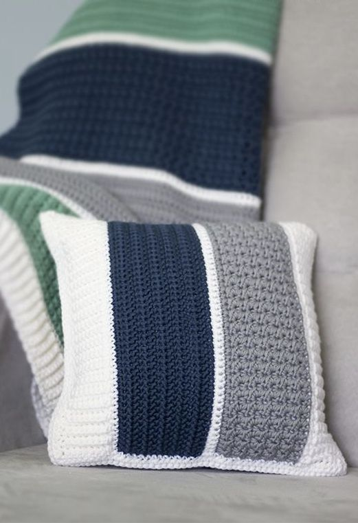 Différentes couleurs sur la housse de coussin au crochet