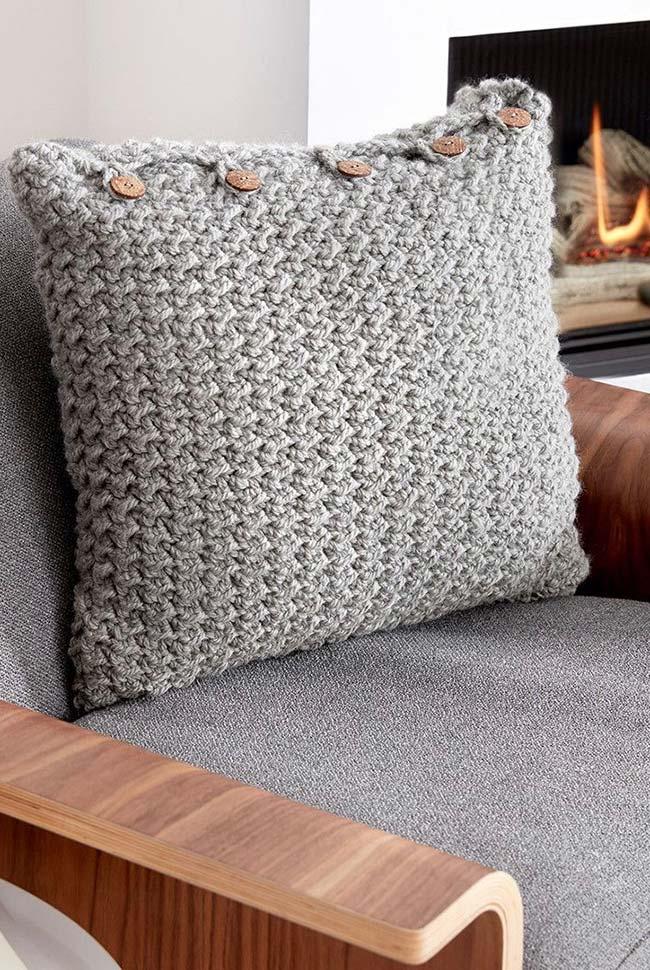 Boutons en bois sur housse de coussin au crochet