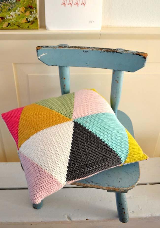 Housse de coussin en crochet faite de triangles colorés