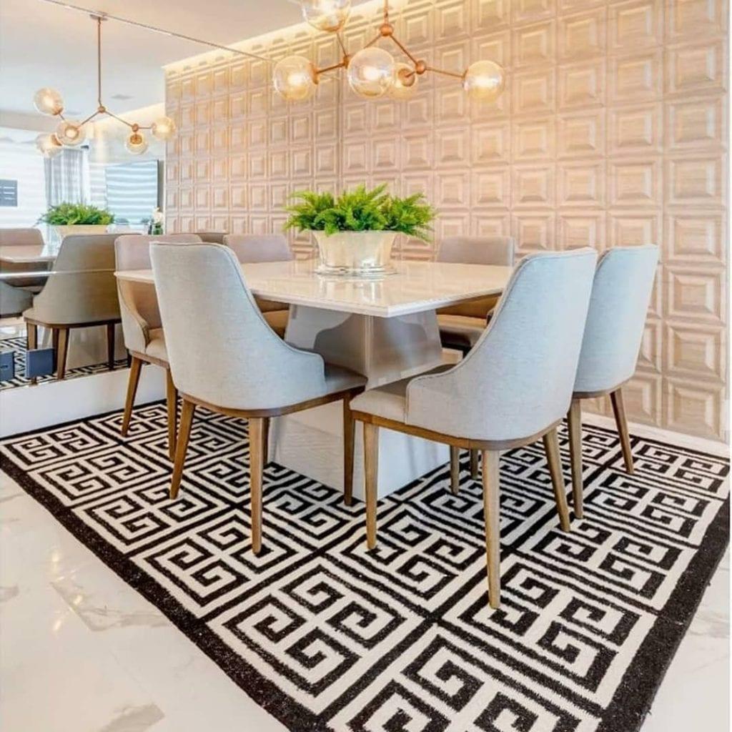 tapis géométrique dans la salle à manger propre