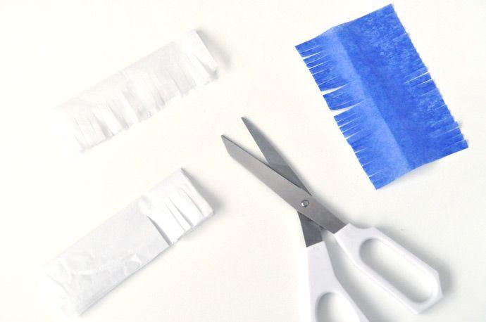 Pliez les papiers en deux et coupez tout le côté en fines bandes