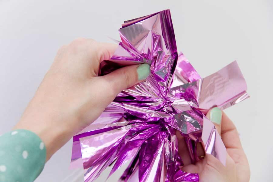 Commencez à séparer les feuilles de papier d'un côté comme les ailes d'un papillon