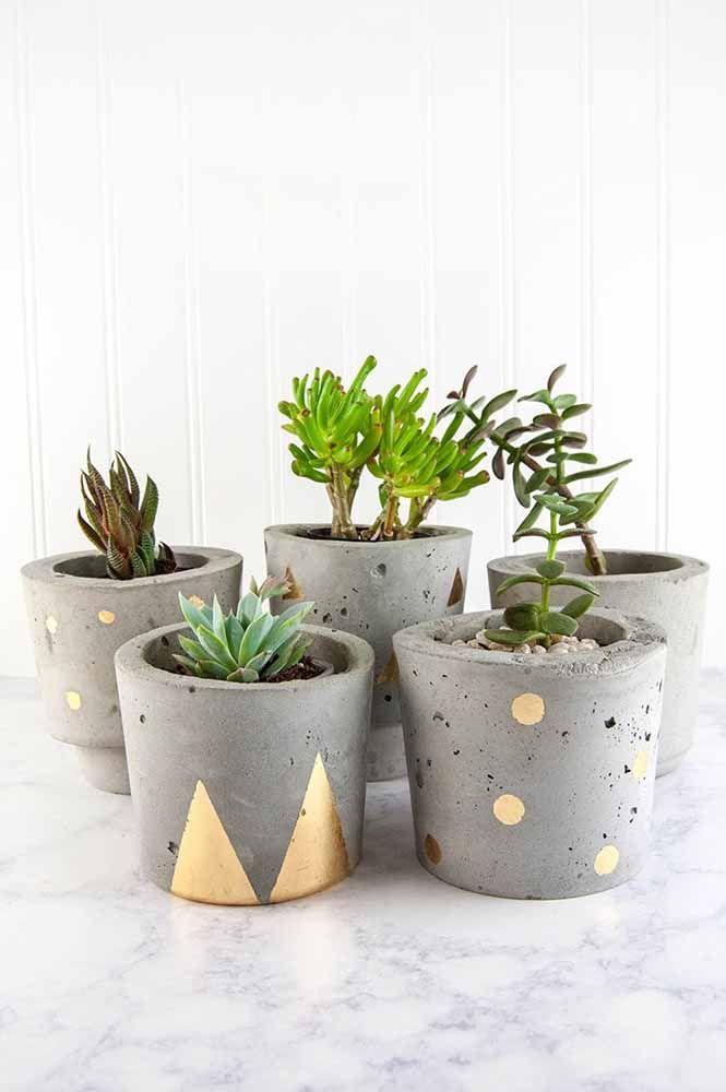 Cachepots en ciment: complétez leur décor avec une peinture de couleur vibrante ou métallique