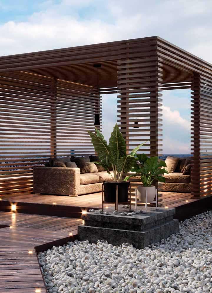 Cette idée est incroyable: jardinière verticale avec des tuyaux en PVC;  remarquez que le matériau a une belle peinture en or rosé