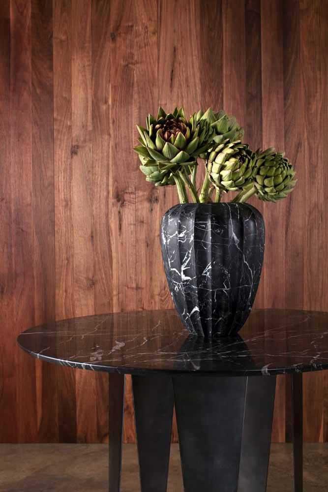 Regardez cette idée simple et facile: un vase recyclé fabriqué avec une canette doublée de papier