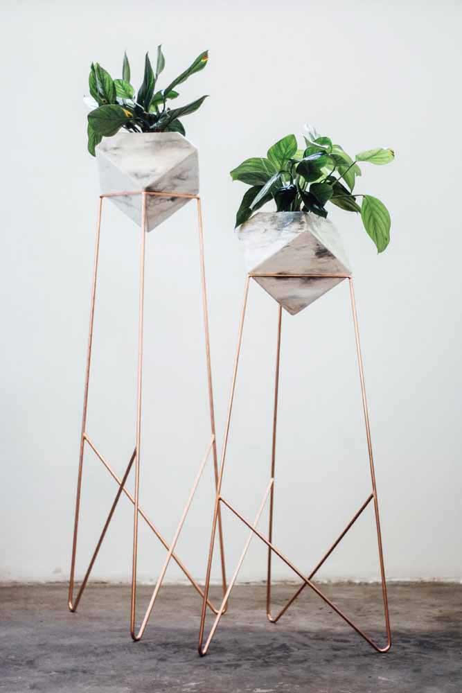 Des morceaux de bois - qui pourraient bien être des balais - reliés par des fils de laine: qui savait que de cette combinaison des vases recyclés super créatifs pouvaient sortir
