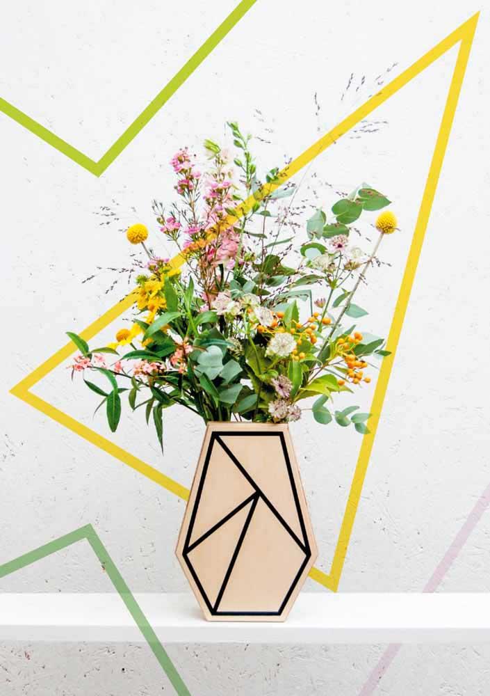 Des papiers déchiquetés et colorés ornent ces vases recyclés