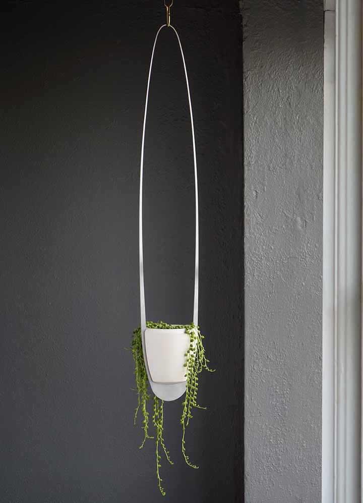 La vieille théière est devenue le vase parfait pour cet arrangement floral rustique