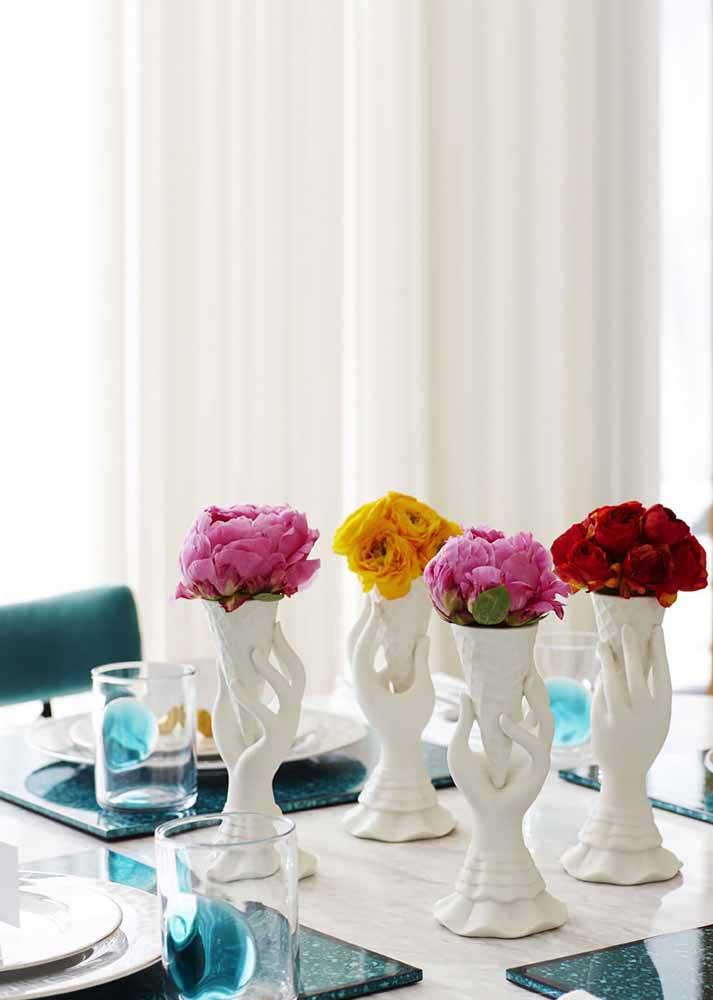 Le bracelet en cuir garantit l'effet spécial de ces vases recyclés