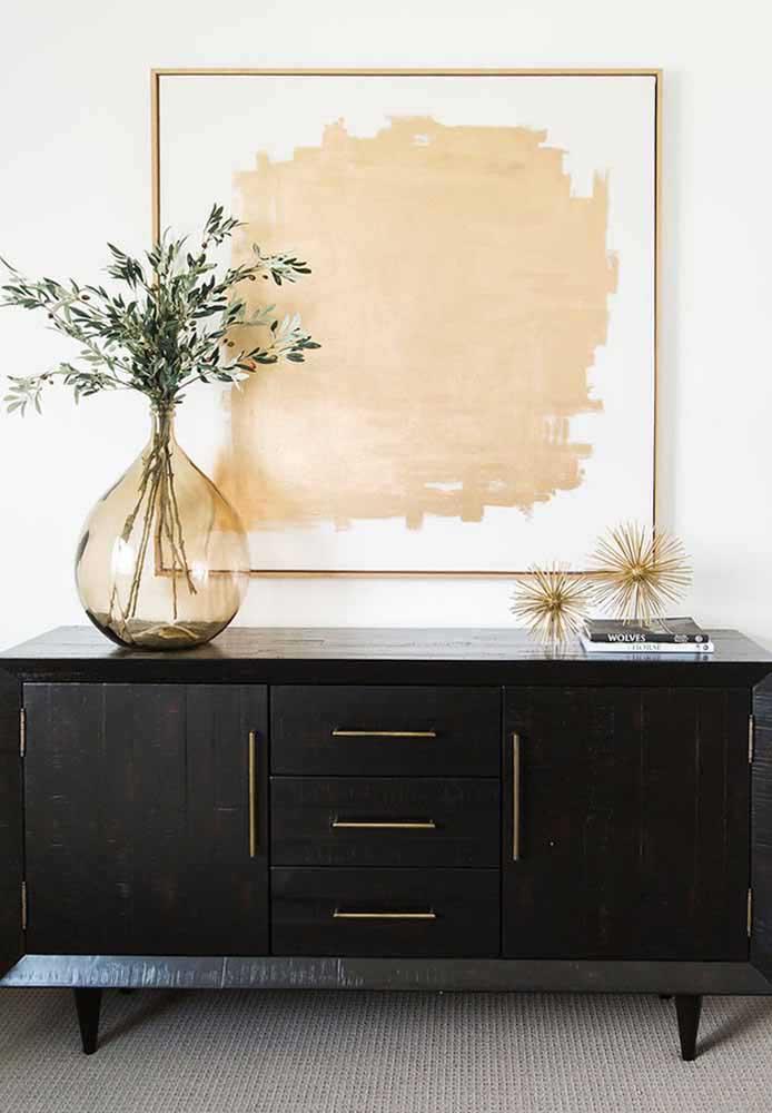 Dans cet autre vase recyclé, la peinture en trois dimensions se charge de personnaliser la pièce