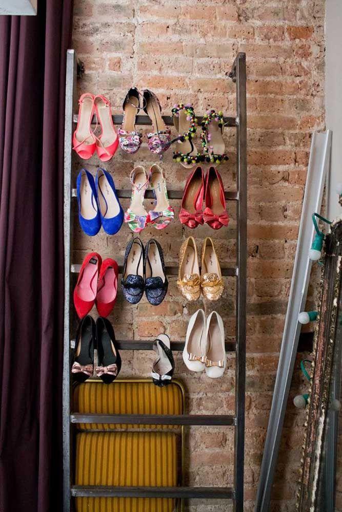 Pour organiser les chaussures à talons hauts, la pointe est d'utiliser une structure métallique, semblable à une échelle, et de suspendre les paires par le talon