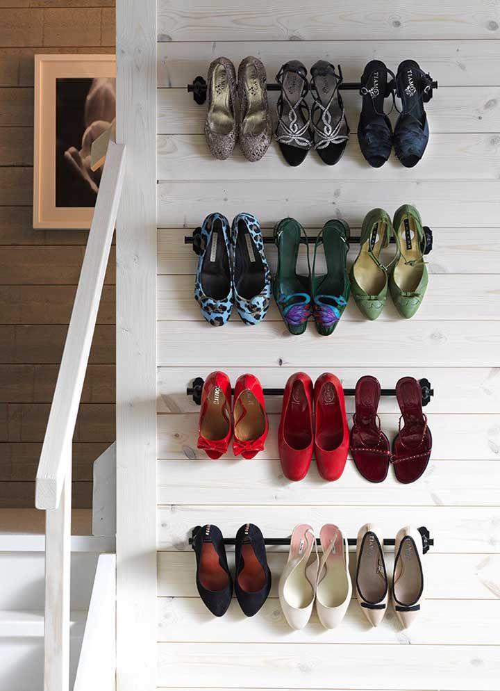 Simple et facile à réaliser, ce modèle d'étagère à chaussures n'est rien de plus qu'un ensemble de barres métalliques installées sur le mur