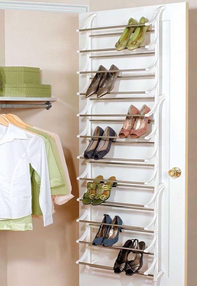 Profitez de l'espace de la porte du placard pour installer un étagère à chaussures