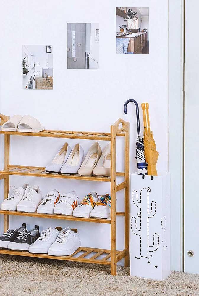 Un simple meuble en bois pour organiser les chaussures de la famille