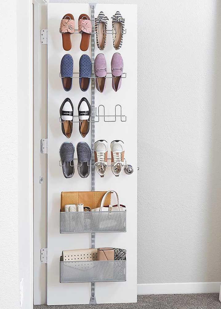 Profitez de l'espace derrière la porte pour l'étagère à chaussures et pourquoi pas pour ranger sacs et portefeuilles