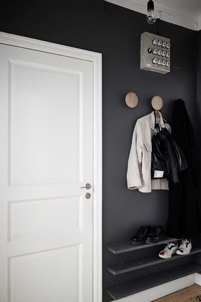 Les étagères simples peuvent être la solution idéale de support à chaussures pour vous;  si vous voulez donner une touche moderne et différente, peignez les planches avec une couleur qui correspond au décor