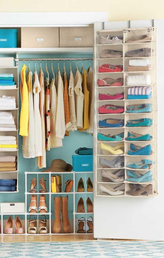 Ce qui ne rentre pas dans le placard, vous le savez déjà, mettez-le dans l'étagère à chaussures de la porte