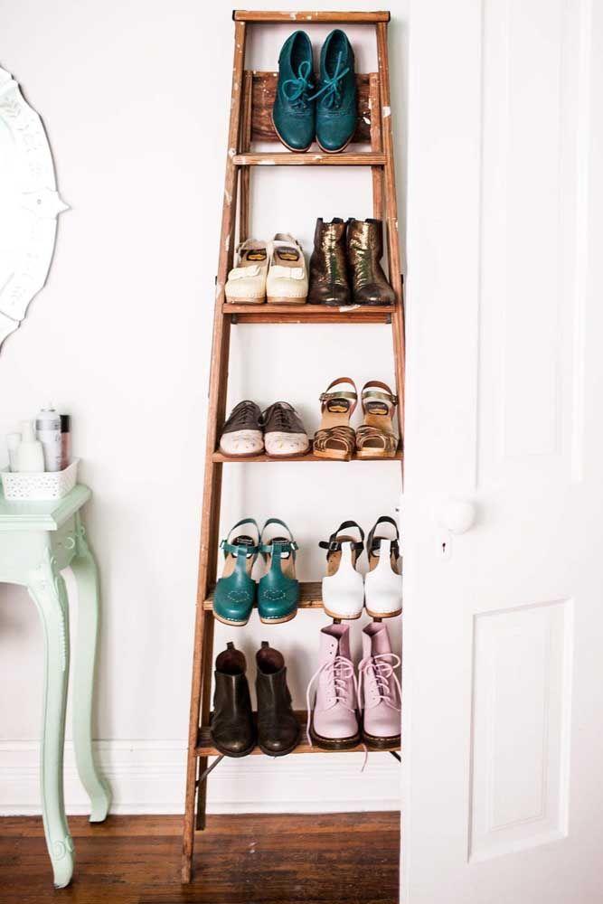 Idée créative et originale de porte-chaussures: une vieille échelle