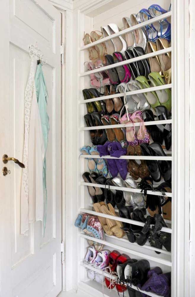 Ici, l'étagère à chaussures était montée dans une niche encastrée dans le mur