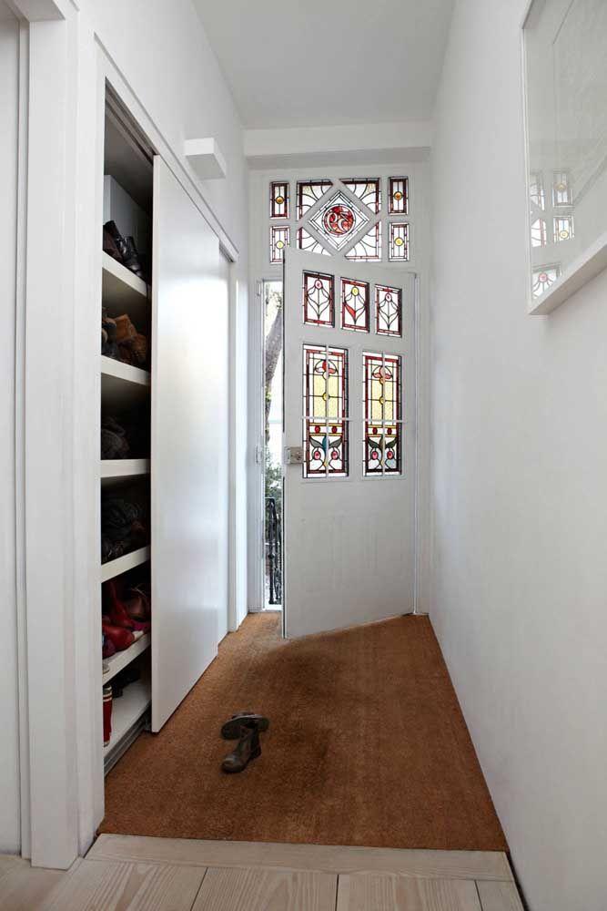 La porte coulissante dans le hall cache un étagère à chaussures d'innombrables paires
