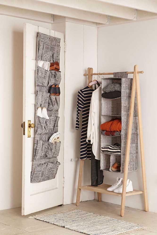 Le placard ouvert correspond bien sûr à la chaussure de porte!  Et ici l'harmonie est si grande que même le tissu entre eux est le même