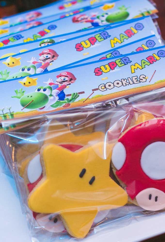 Que diriez-vous de faire des souvenirs comestibles pour les invités?  Produisez des cookies sous la forme d'éléments faisant référence à Mario Bros.